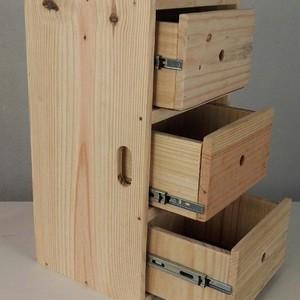 Adega de madeira pequena